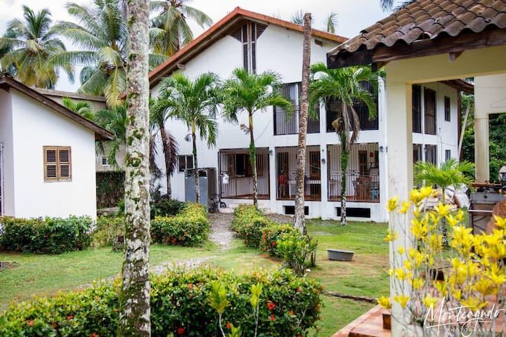 Villa cerca de la playa Bonita y jardin.