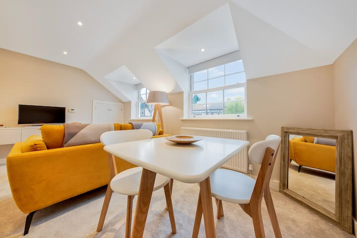 'The Flat' - Pied-a-Terre in the Heart of Shere