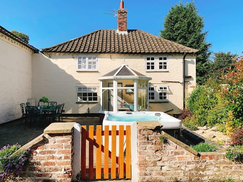 Luxury Country Cottage, Hot Tub, Private Estate