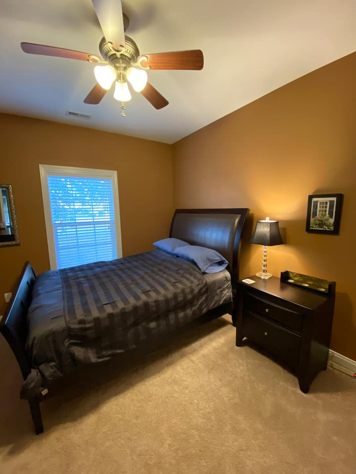 Spacious bedroom and private bath near airport/AFB