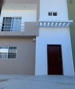 Entrada principal a la casa cuenta con rampa
