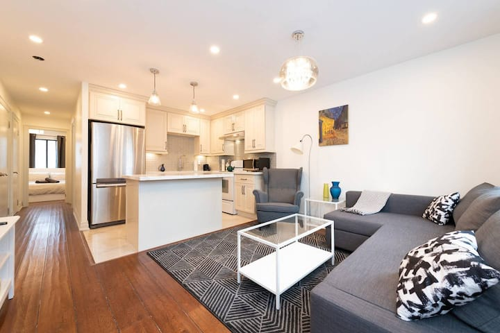 ☆Perfectly located Cozy Queen St. Home!☆