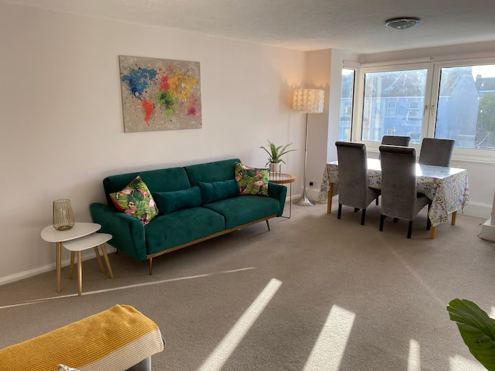 The Lodge, sunny & spacious apartment with garage