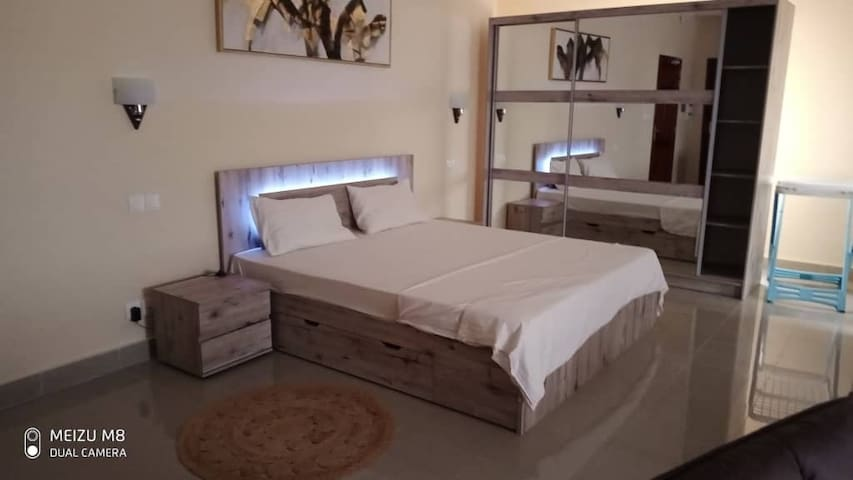 Le lit avec sa tête de lit en LED