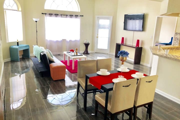 Entire Place, Balcony, minutes from STRIP! (5C1X)