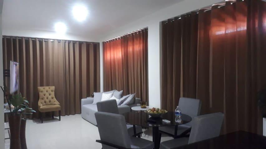 Sala Comedor con cortinas convencionales cerradas. Además cuenta con cortinas anticiclonicas exteriores a los ventanales