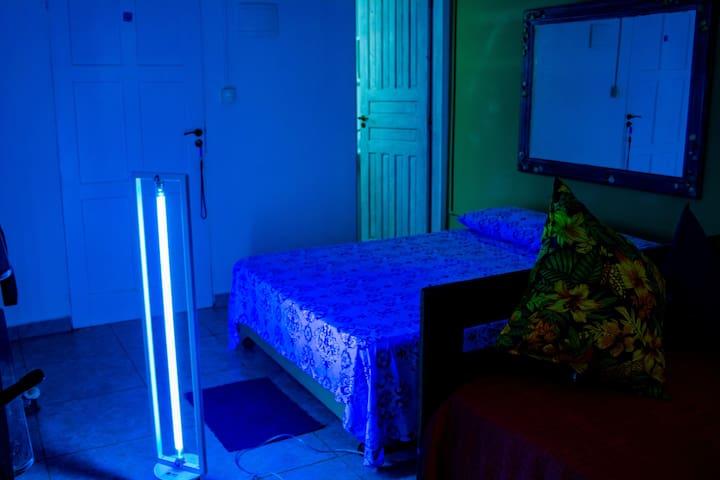Chalé sendo esterilizado contra vírus com lâmapada ultravioleta C usadas em hospitais.