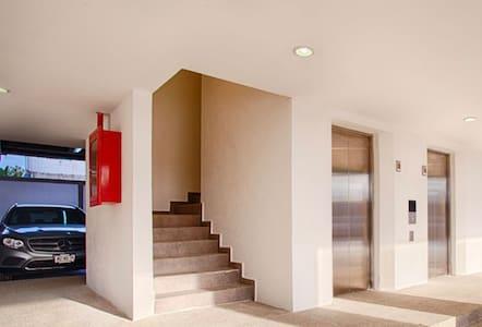 Se pueden utilizar las escaleras o el elevador para llegar al alojamiento
