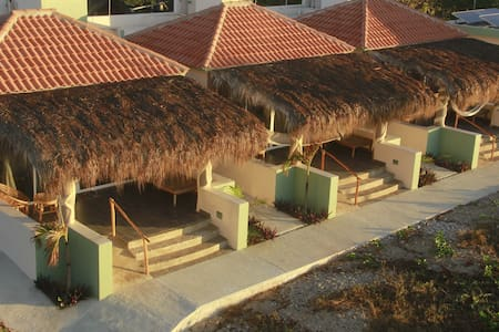 Acceso a la cabaña por pasillo y rampa con pasamanos; así como puertas corredizas con espacio de 2 metros libres.