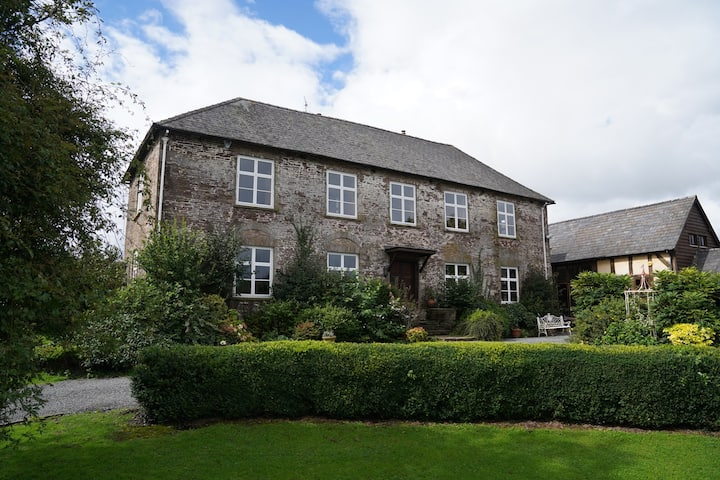 Beautiful farmhouse near Abergavenny - Sleeps 6-22