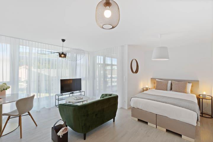 Work-friendly Bright Studio & Balcony Close to EHL
