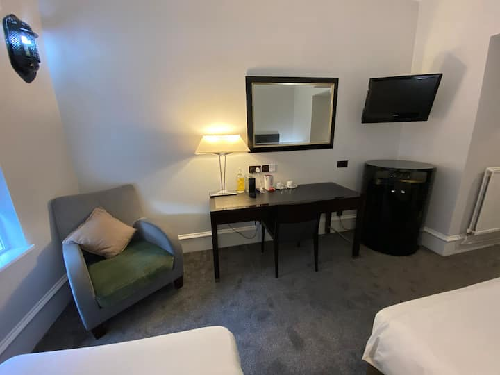 Triple En Suite Family Room - Work Desk / Wifi