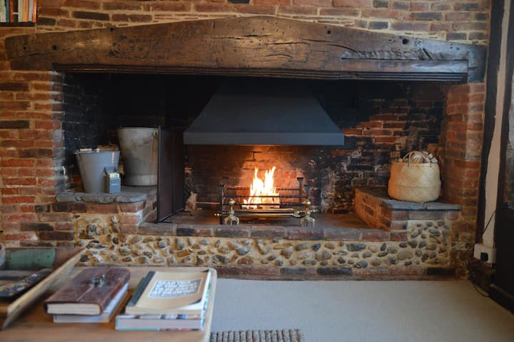 Cosy and sumptuous Tudor cottage with open fire