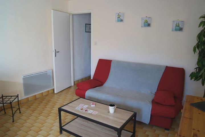 Canapé clic-clac dans pièce principale ; chauffage électrique - nouvelle table basse