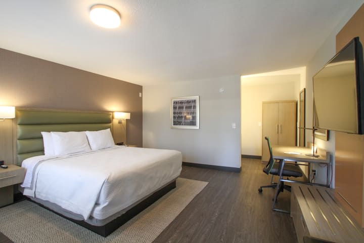King Size Room @ Pasadena Free Parking & Breakfast