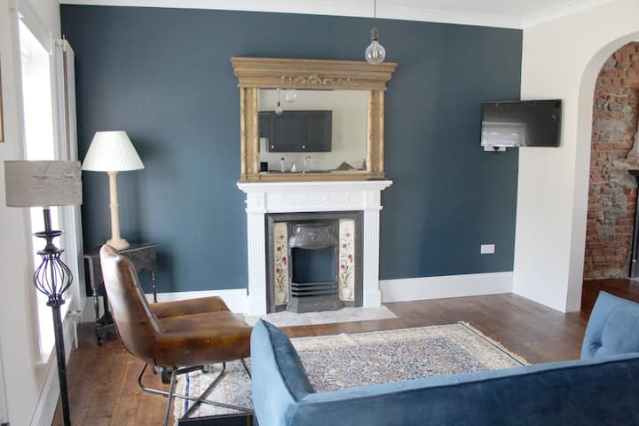 Beautiful Newly Restored Large One Bed Apartment.