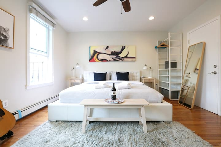 Amazing Large Top Floor Apartment/King Bed