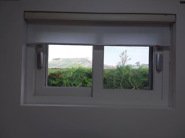 침실1. 창문에서 바라본 돌담