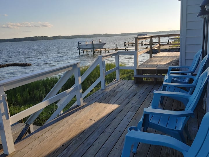 Bayshore Breeze Waterfront Cottage