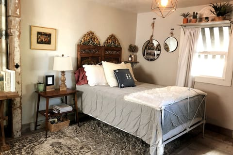 Charming & private cottage w/ patio near downtown