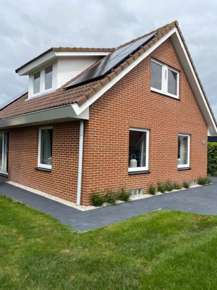 Vrijstaand huis met rondom tuin op Friese Wadden