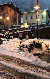 L'accesso avviene da piazza pubblica perfettamente illuminata!! Nel centro di Magras frazione di Male' !!