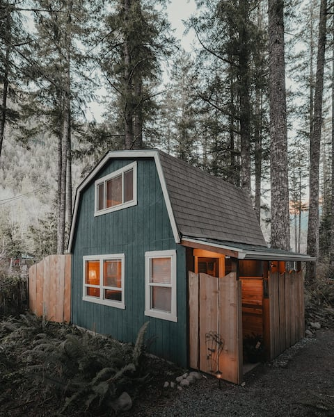 Persis tiny cabin. amazing outdoor shower.