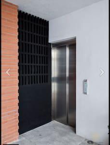 Tenemos elevador , cabe perfectamente silla de ruedas ! Y la puerta de entrada al departamento es muy amplia