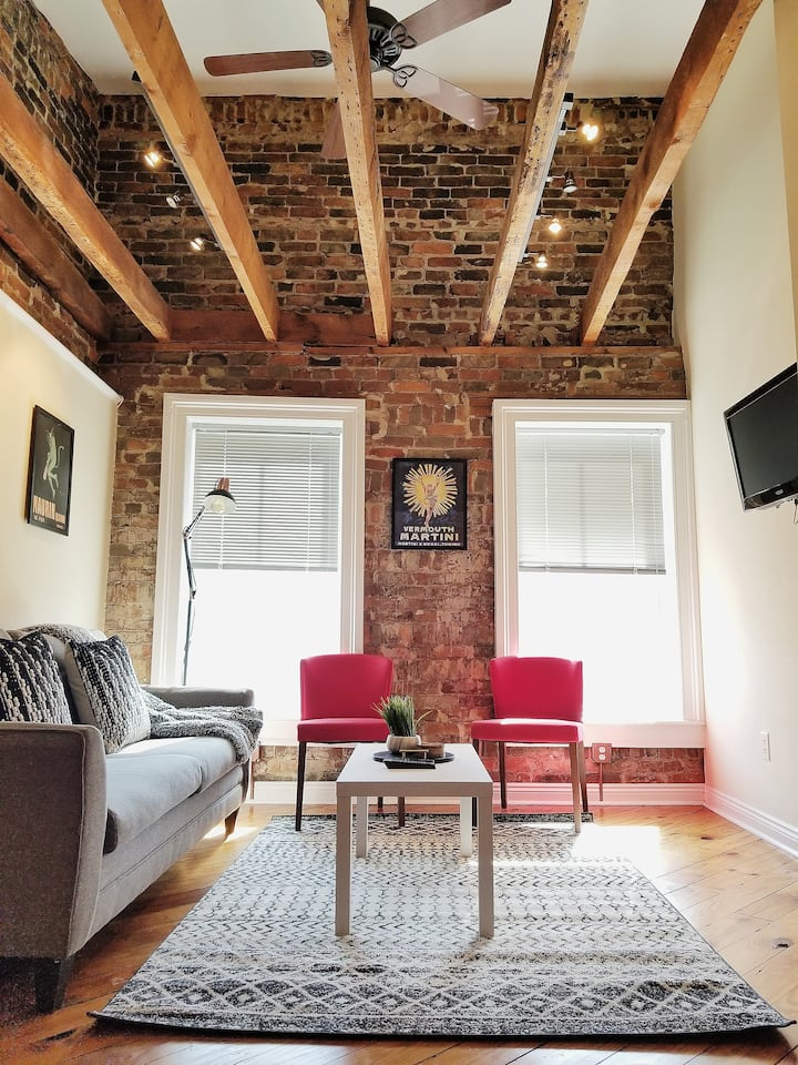The Staunton Loft: Hip & Cozy Downtown Apartment