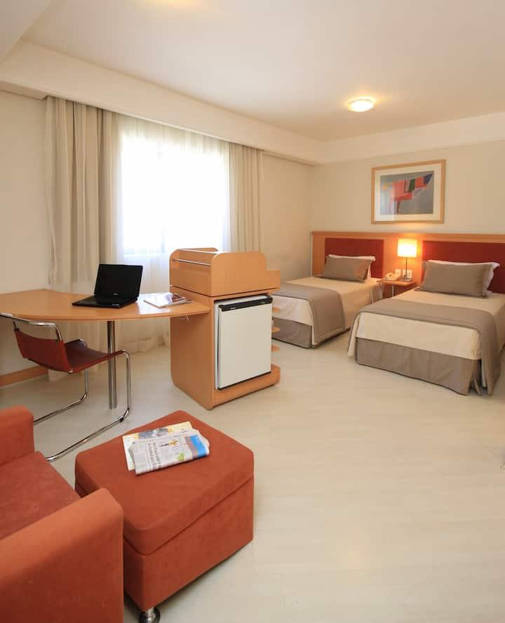 Excelente Apartamento no Bienal Suites (Solteiro)