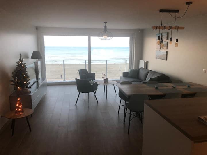 Nieuw appartement centraal op zeedijk De Panne