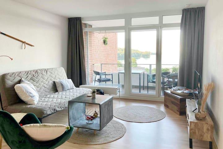 großzügiges Wohnzimmer mit dem Panoramablick auf die Ostsee