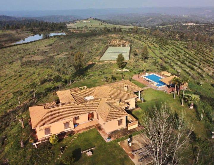 Espectacular Villa con pistas dptvas privadas
