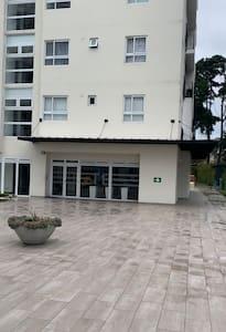 El acceso al Lobby del edificio es amplio y sin ningún tipo de impedimento.