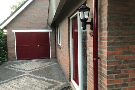 Lamp bij voordeur met bewegingsmelder.