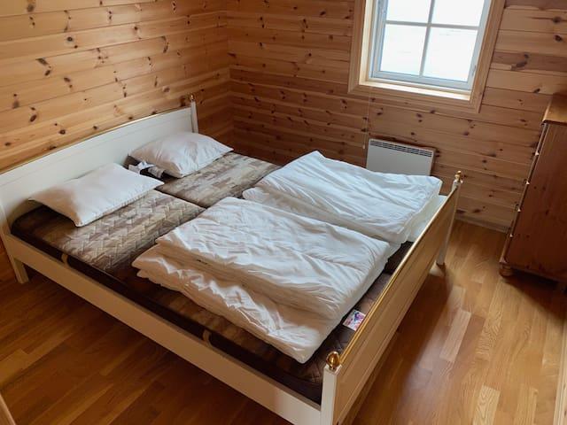 Soverom 1 med dobbeltseng Alle senger har dyne og puter. Man må ta med eget sengetrekk og laken