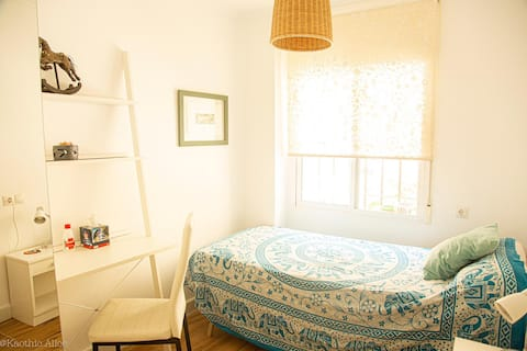 Cosy room near the beach & City of Arts