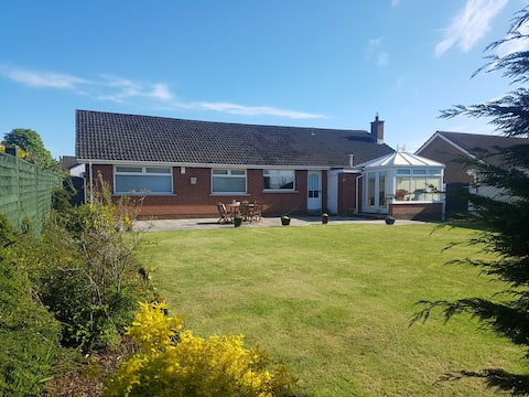 The Burrow, a Spacious Bungalow in Heart of N.I