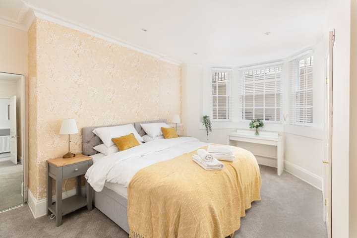 Bedroom 5 - The Golden  Bedroom:  Pocket sprung super comfy beds dressed in Egyptian Cotton Linen.    Sleeps up to 4 guests. Beds can be set as twins or super king-sized