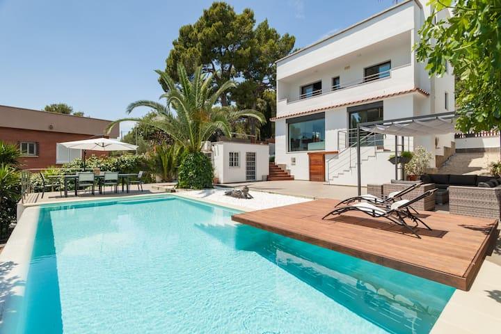 Moderna casa con piscina y amplio jardín.
