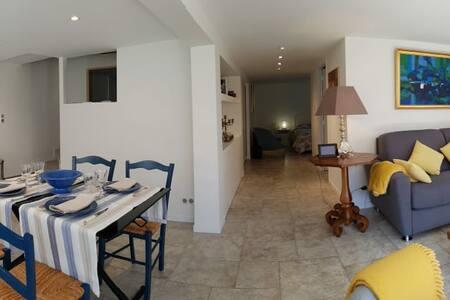 vous pouvez accéderdans tous  l appartement  avec de large espace.