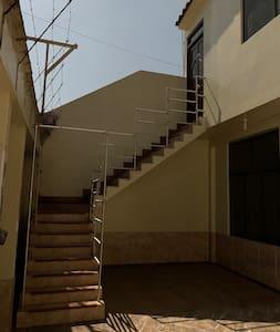 Esta foto es las escaleras que conducen al apartamento que esta ubicado en el segundo piso