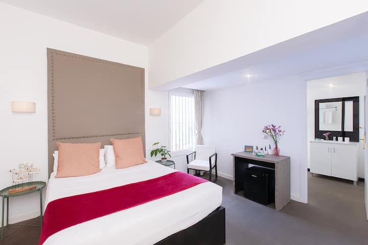 Double Room with private bathroom Catalunya Square