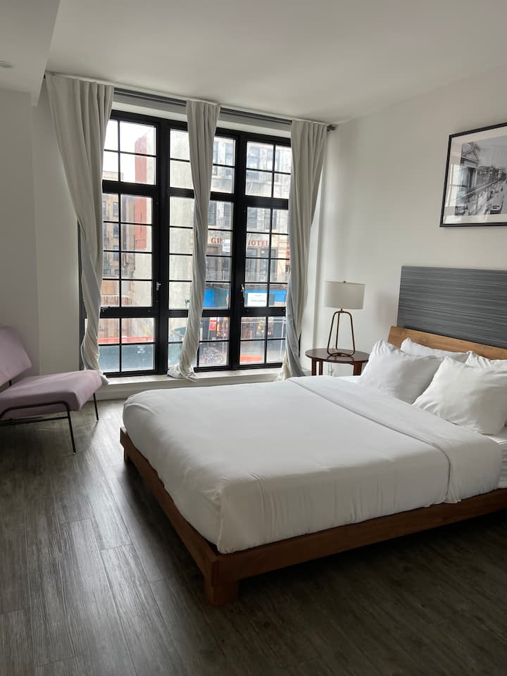 138 Bowery, Classic Queen Room