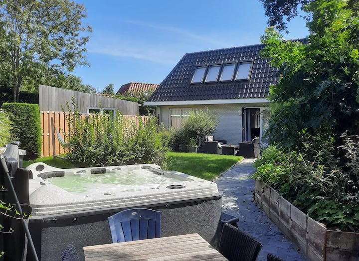 Holiday home de Witte Raaf, garden with hottub.
