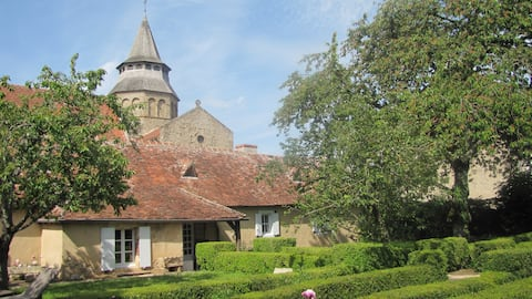 Het ROMAANSE huis aan de voet van de Notre Dame kerk