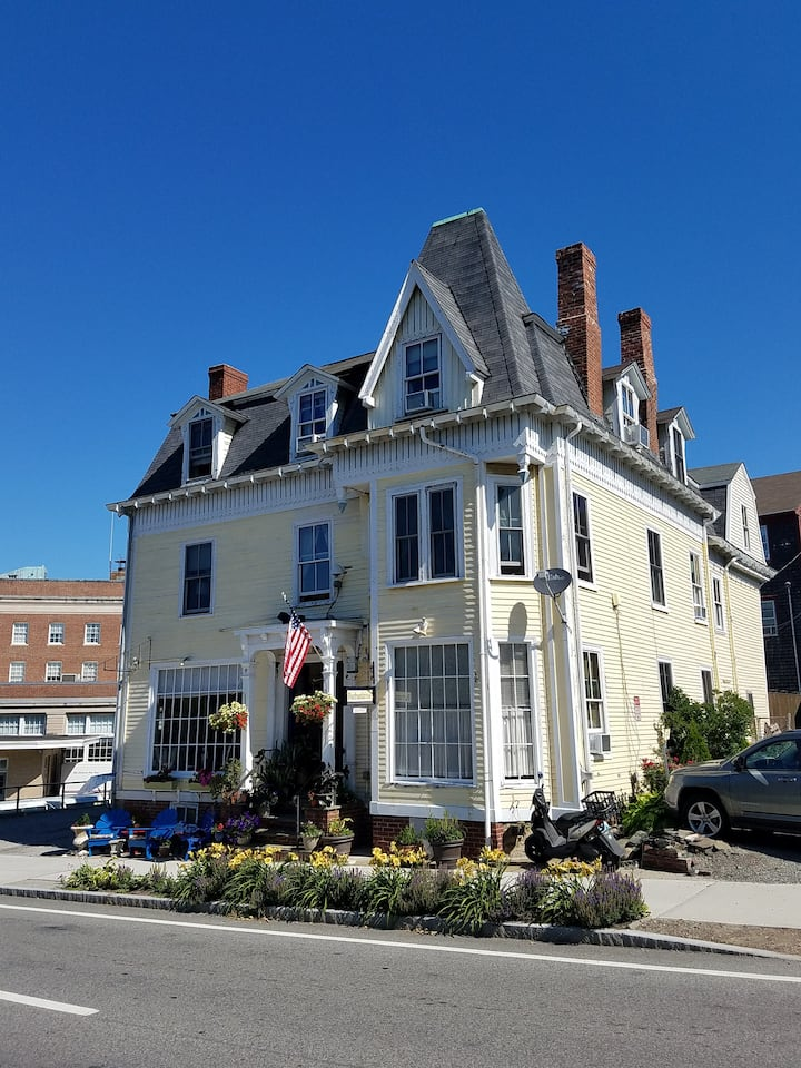 1 Bedroom in downtown Newport ,