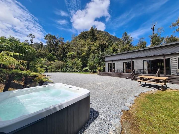 Spacious Kamahi House - Hot Tub & Breakfast Hamper