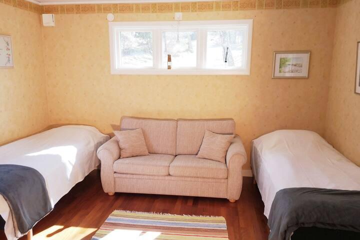 Sovrum 2 nedervåning med en bäddbar soffa.