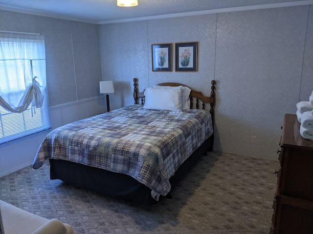 Large 2nd bedroom with comfortable Queen-size bed
